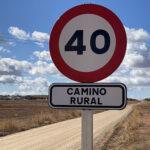 El ayuntamiento de Alcázar instala 25 señales que limitan la velocidad en caminos rurales