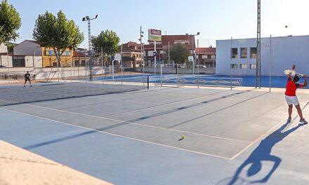 El Ayuntamiento de Almodóvar ofrece este año la escuela deportiva de tenis para menores de 6 a 15 años de edad