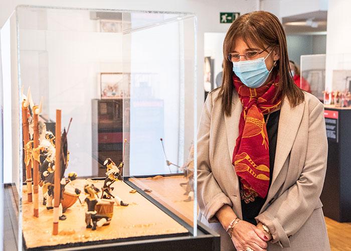 """La alcaldesa visita la exposición """"Plastihistoria de la música"""""""
