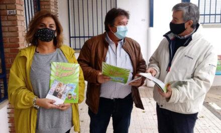 El Ayuntamiento de Martos reparte en centros educativos cuentos y calendarios para concienciar sobre el cuidado y el respeto al medio ambiente