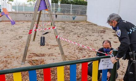 La Policía Local de Almodóvar ejecuta la clausura los parques infantiles y de otros espacios de ejercitación y juego al aire libre