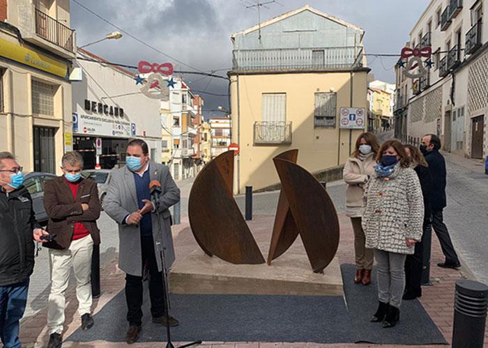 Inaugurada la obra 'Encuentro', ganadora de la XVII Bienal de Escultura Peña de Martos, en la plaza del Llanete