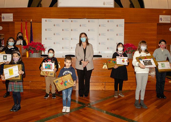 Los escolares de Pozuelo reciben sus premios de los concursos de Belenes, felicitaciones y árboles de Navidad