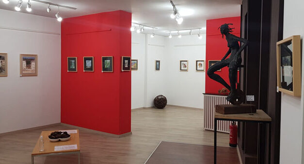 """Ya puede visitarse la exposición de pintura """"Entre Papeles"""" en Artecasa"""