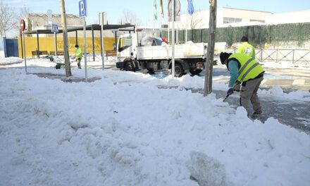 El Ayuntamiento de Boadilla está retirando la nieve en los centros escolares para facilitar la vuelta a las clases el próximo lunes