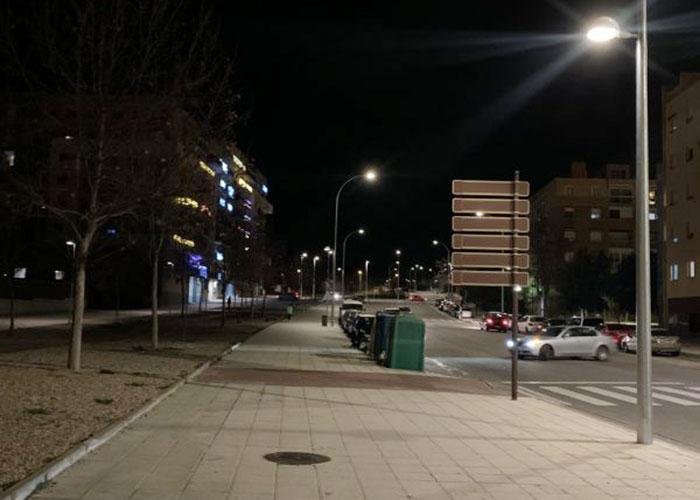 El Ayuntamiento de Toledo realiza la renovación del alumbrado de la calle Río Valdeyernos que afecta tanto a la calzada como a la acera