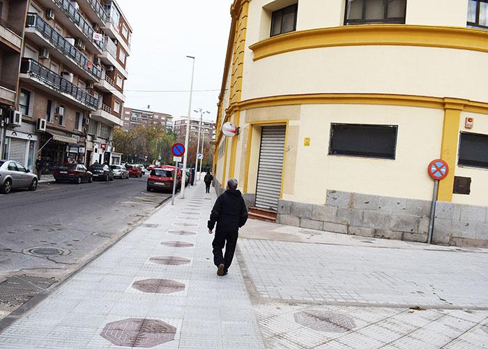 Mejora de la accesibilidad con un nuevo acerado en el Mercado y colegio Ramón y Cajal
