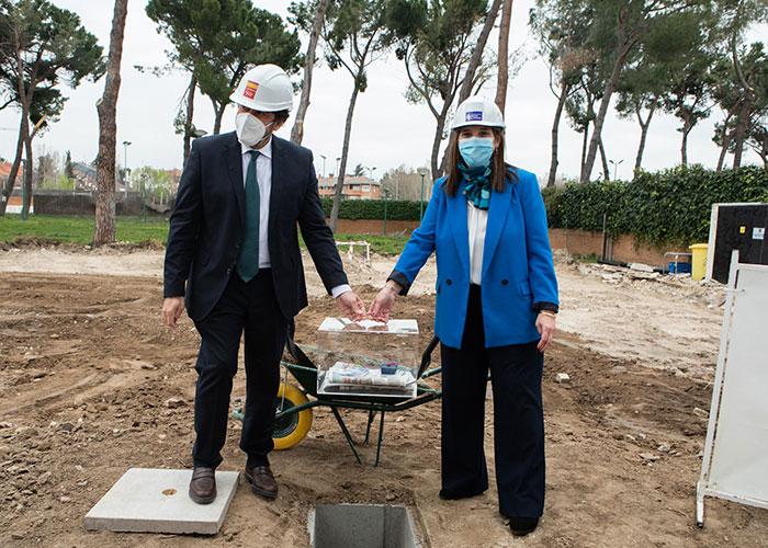 La alcaldesa de Pozuelo y el consejero de Vivienda y Administración Local colocan la primera piedra para la construcción de la piscina climatizada y un edificio en el polideportivo Carlos Ruiz