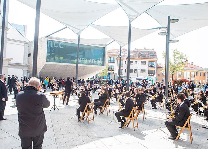 Pérez Quislant asiste al concierto de Marchas Procesionales que La Lira de Pozuelo ofreció en la Plaza del Padre Vallet