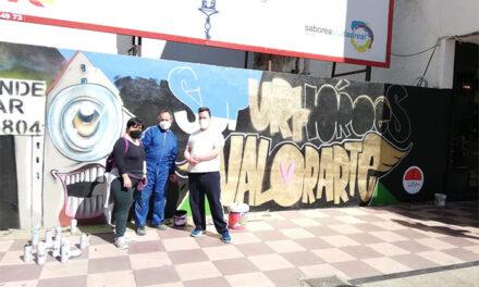 Gran mural en la esquina de Plaza Mayor con Superhéroes de Valorarte