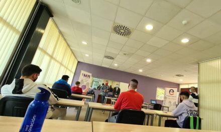 Diez alumnos se forman en el curso de «Socorrismo en instalaciones acuáticas» que organiza el Imefe en la piscina municipal cubierta de La Salobreja