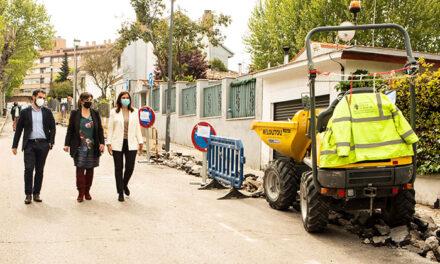 La alcaldesa comprueba el desarrollo de los trabajos para la mejora de la acera de la calle Mallorca