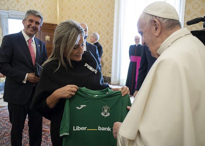El Papa Francisco traslada a la alcaldesa su buen recuerdo de Toledo y se interesa por la labor social del Ayuntamiento