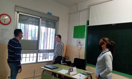 El Ayuntamiento de Herencia colabora con las AMPAS e instala mosquiteras en los centros escolares