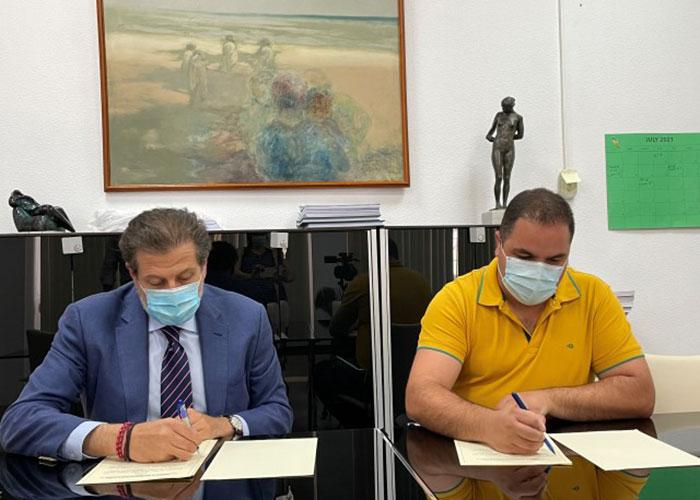 El Ayuntamiento de Martos firma con la Fundación Caja Rural de Jaén un convenio para la publicación de 'Aldaba'