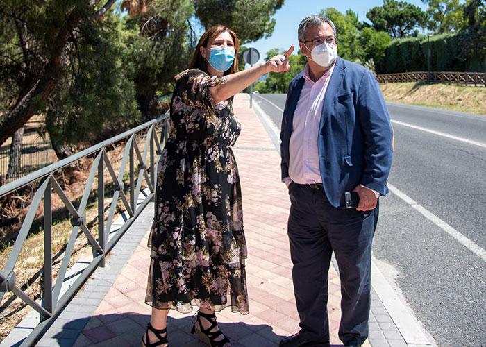 La alcaldesa de Pozuelo visita las obras de mejora en la carretera M-508 que cuenta con nuevas aceras, una rotonda y un aparcamiento
