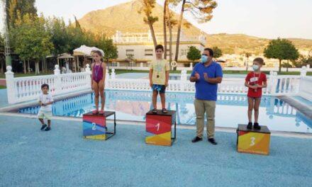 Una treintena de deportistas participa en los Torneos de Verano de Natación