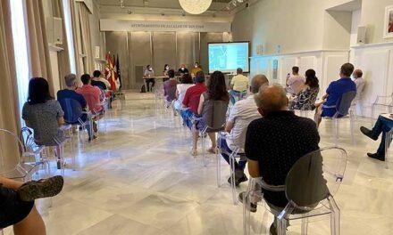 Rosa Melchor se reúne con vecinos y empresarios de la Plaza de España para detallar el proyecto de remodelación de la zona