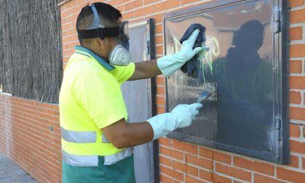 El servicio de limpieza de Boadilla ha eliminado más de 3200 grafitis en el último año